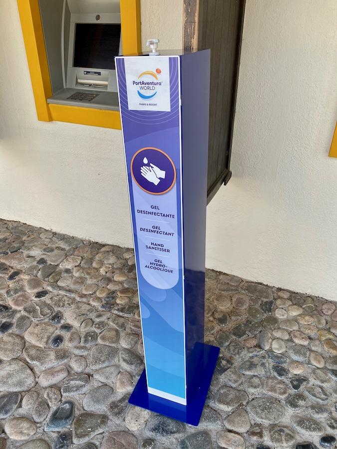 Puesto de gel hidroalcohólico en PortAventura World