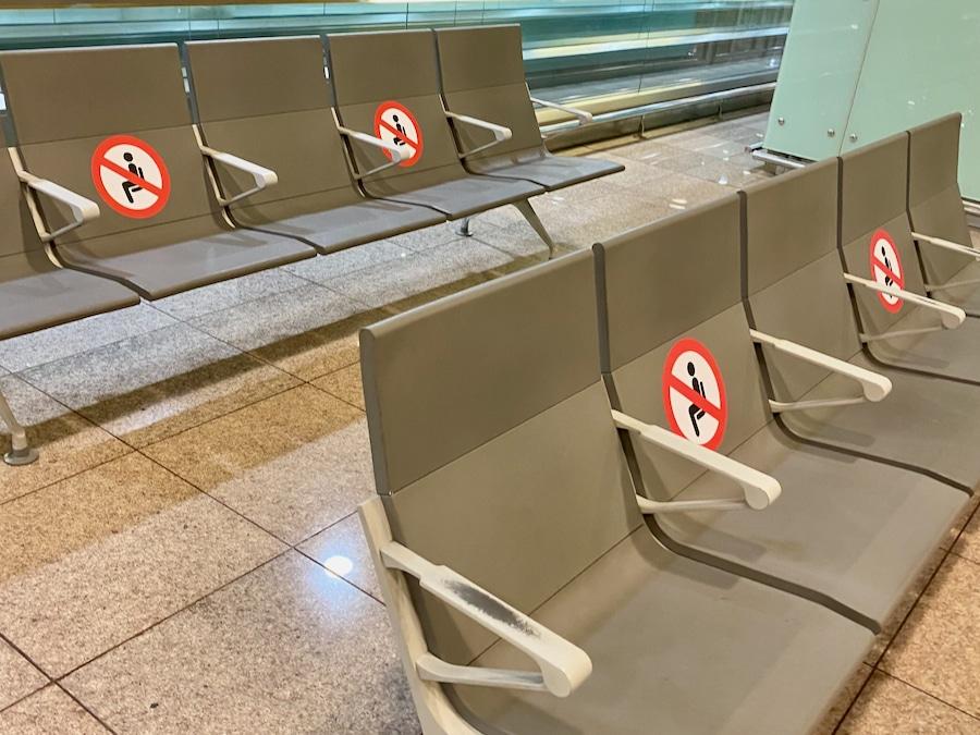 Asientos con señal de prohibido sentarse en el aeropuerto de Barcelona 2020