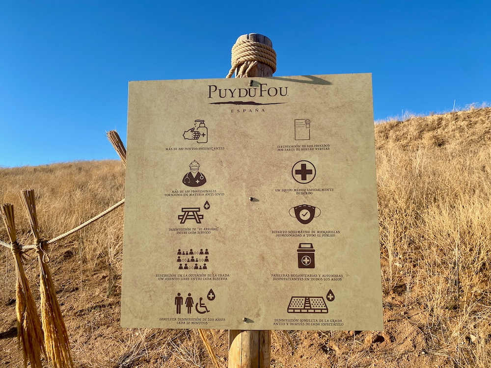 Cartel con medidas anti-COVID tomadas por Puy du Fou España
