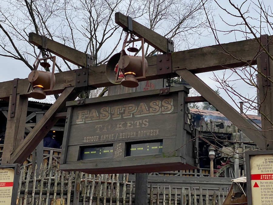Cartel de FASTPASS en Big Thunder Mountain de Disneyland Paris con las horas en blanco