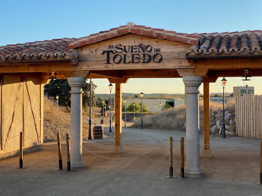 Entrada y camino a El Sueño de Toledo en Puy du Fou España