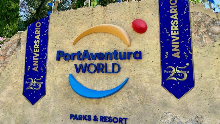 Logo de PortAventura World con decoraciones del 25 aniversario en 2020