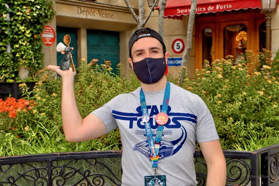 MagicShot de un chico con mascarilla en Walt Disney Studios de Disneyland Paris con Remy en su mano