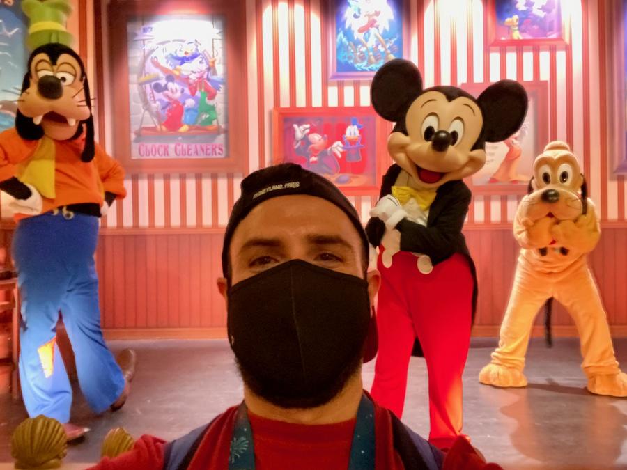 Selfie con Mickey, Pluto y Goofy de un chico con mascarilla en Disneyland Paris
