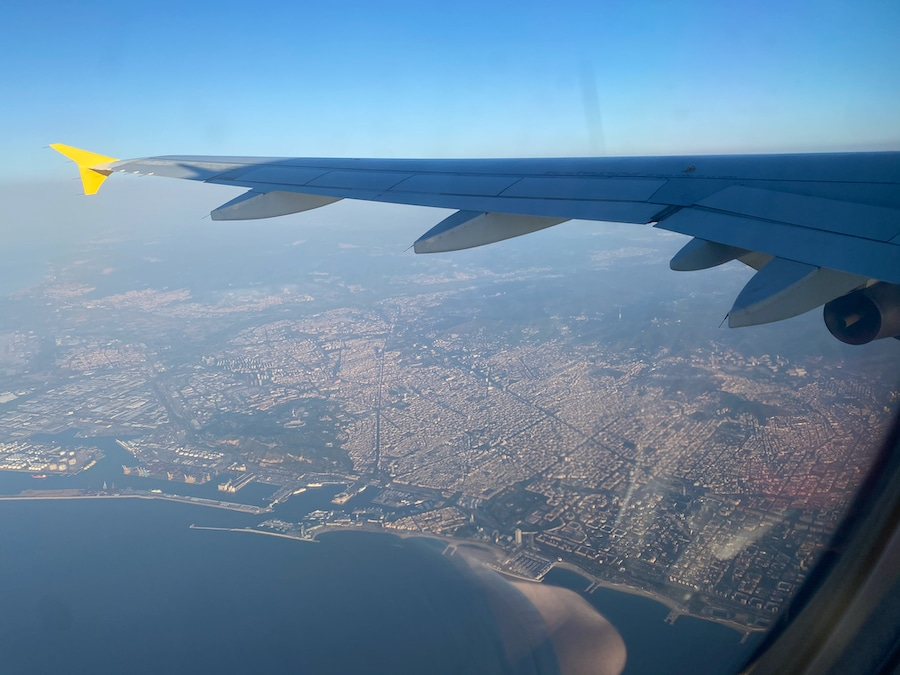 Vista desde un avión de Vueling en dirección a Paris pasando sobre Barcelona
