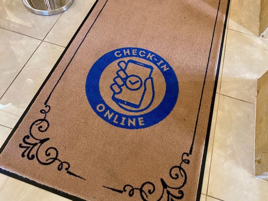 Alfombra de la cola del check-in online en hoteles de PortAventura completa
