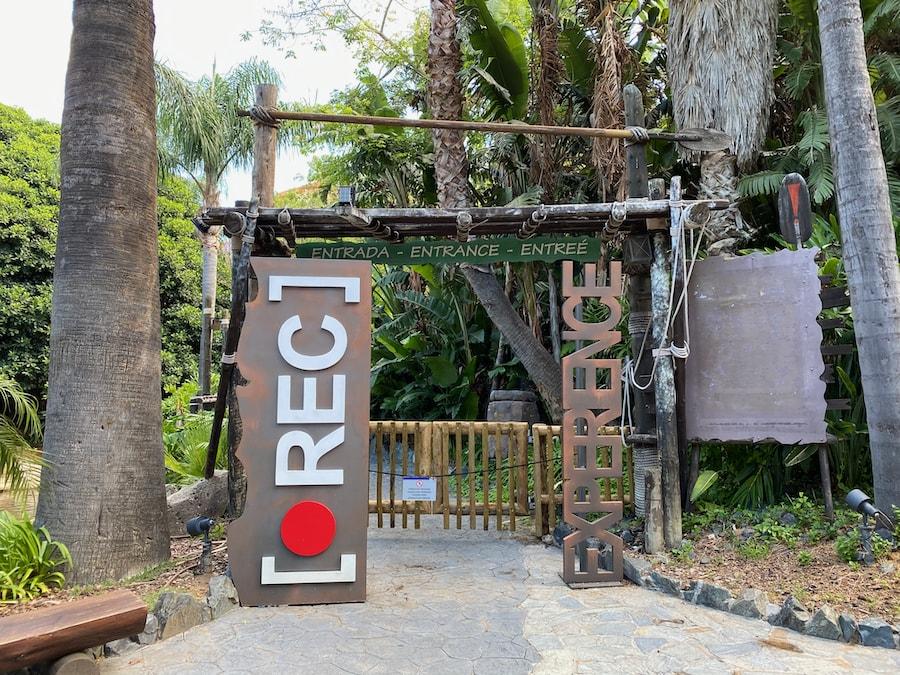 Cartel de entrada a REC Experience en el Halloween de PortAventura 2020