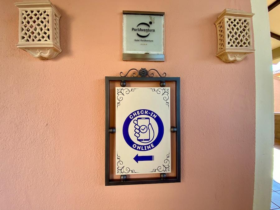 Cartel indicador de la cola Check-in online en el Hotel PortAventura