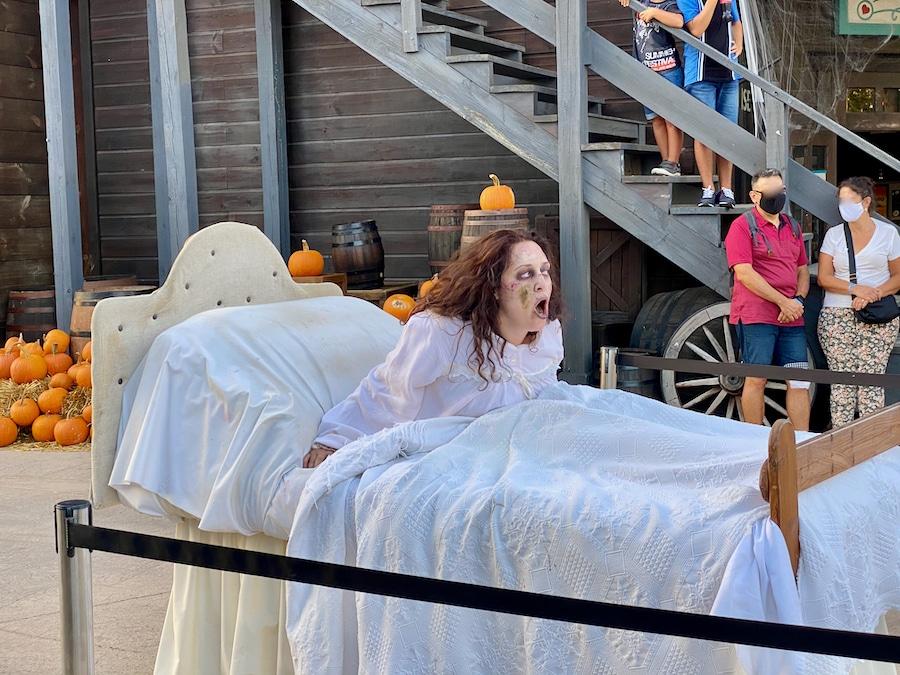 La niña del exorcista animación de calle del Halloween 2020 de PortAventura