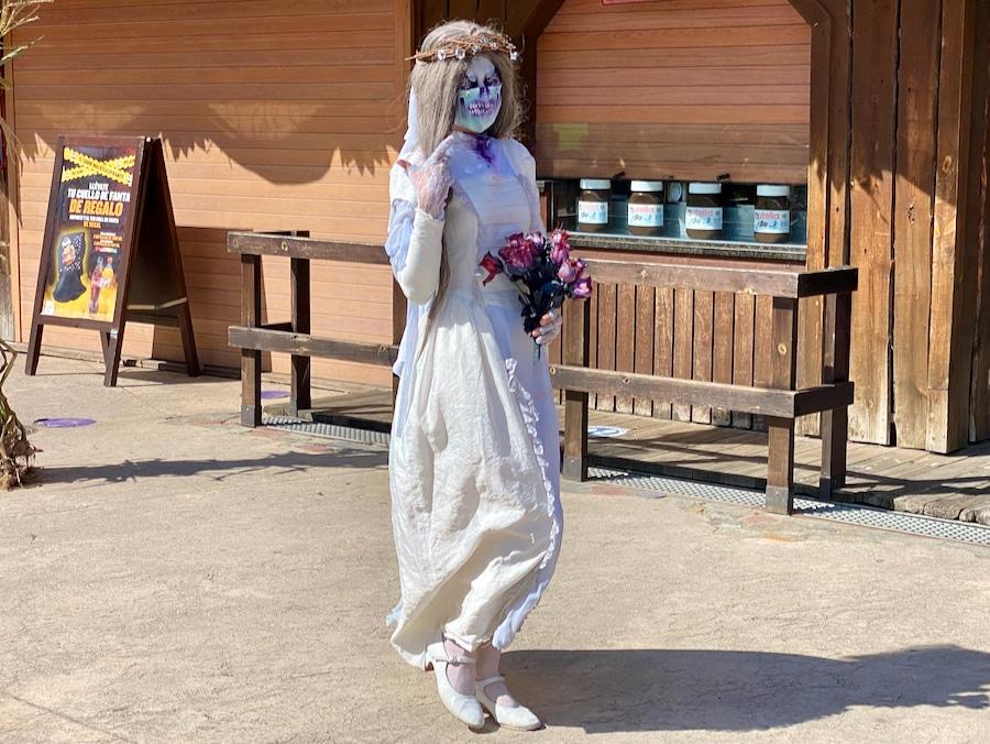 La novia animación de calle con mascarillas del Halloween PortAventura 2020