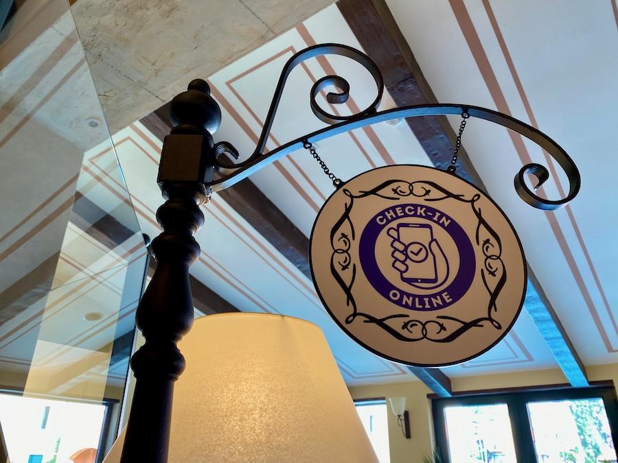 Señal de Check-in online en la recepción del Hotel PortAventura