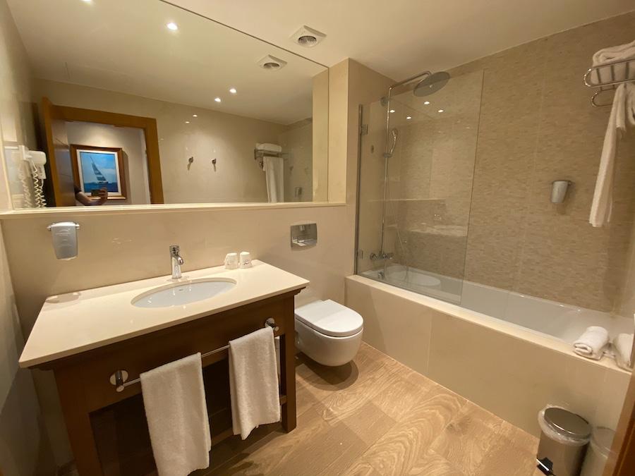 Baño de la habitación standard del Hotel PortAventura de PortAventura World