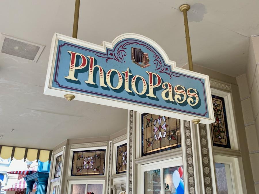 Cartel de PhotoPass en la tienda NEw Century Notions de Disneyland Paris
