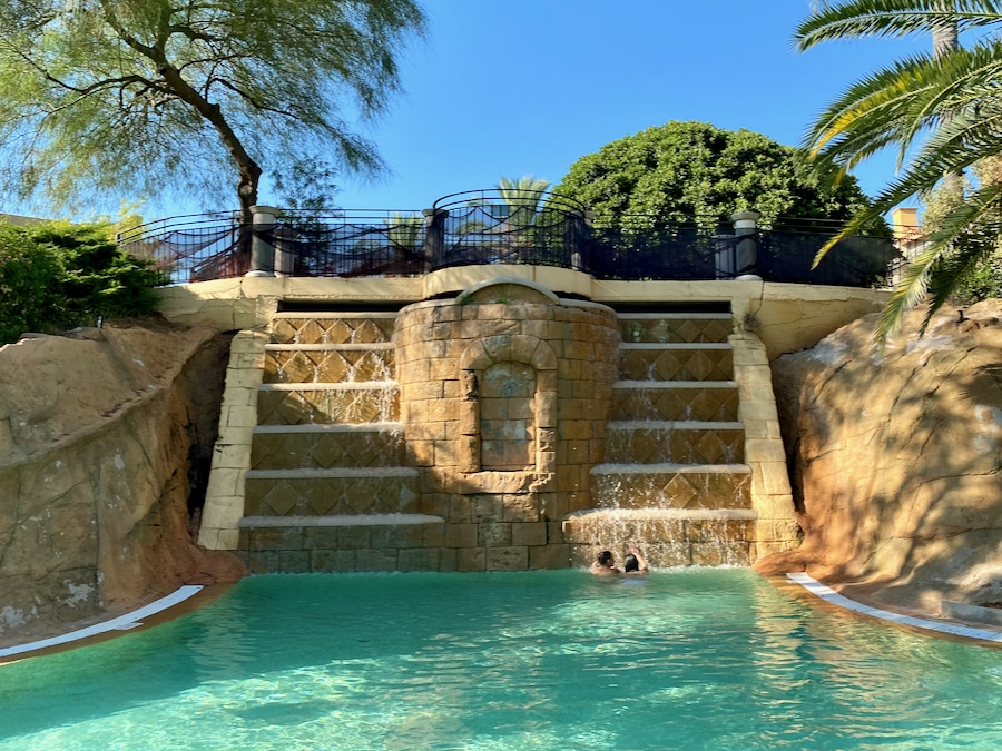 Cascada en una de las piscinas del Hotel PortAventura en PortAventura World