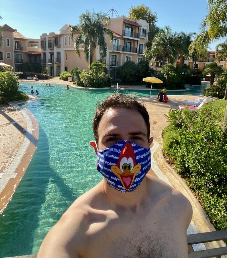 Chico con mascarilla delante de una de las piscinas del Hotel PortAventura en PortAventura World