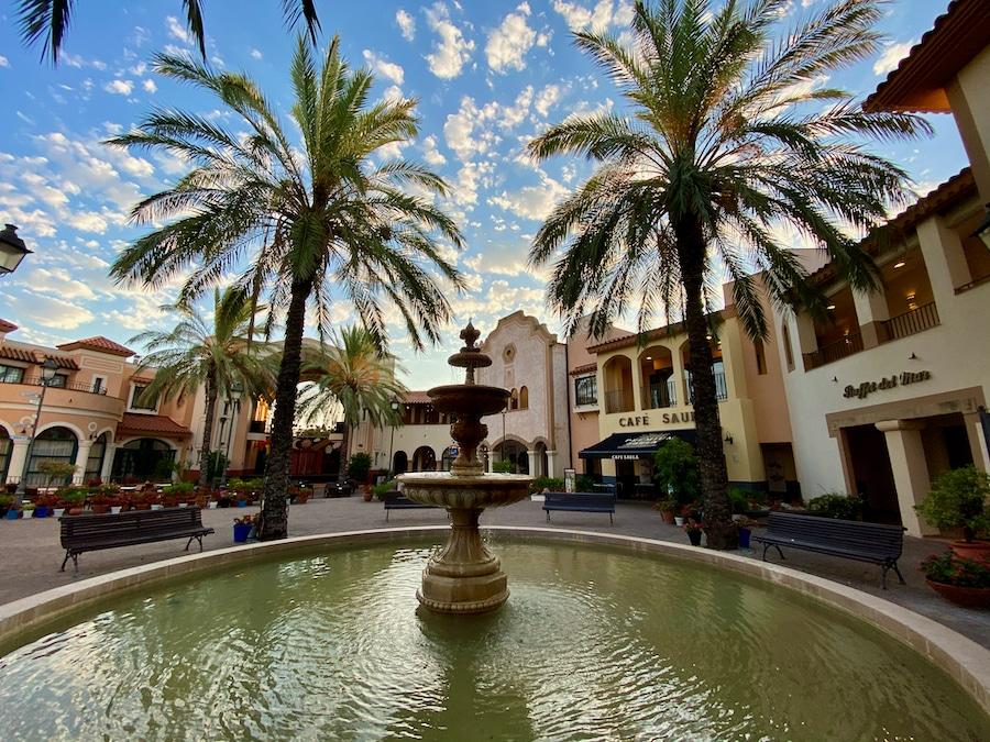 Fuente en la plaza principal del hotel PortAventura en PortAventura Wordl