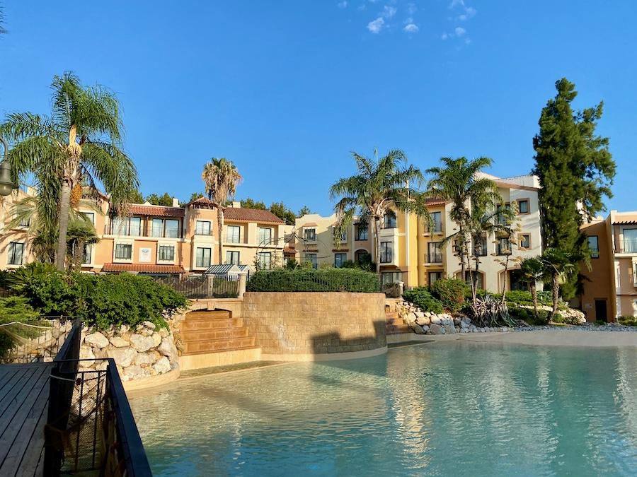Lago y edificios del Hotel PortAventura de PortAventura World