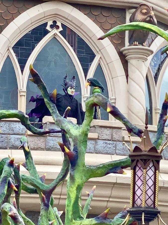 Maléfica en el balcón del Castillo en el Halloween 2020 de Disneyland Paris