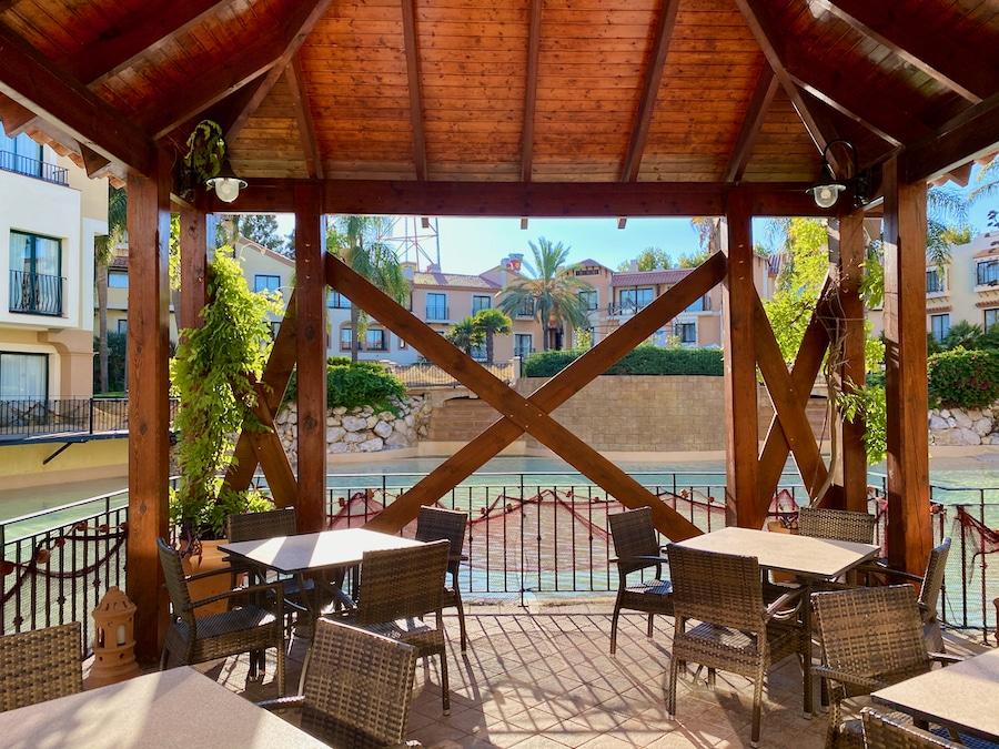 Mesas al aire libre de uno de los buffets del Hotel PortAventura de PortAventura World