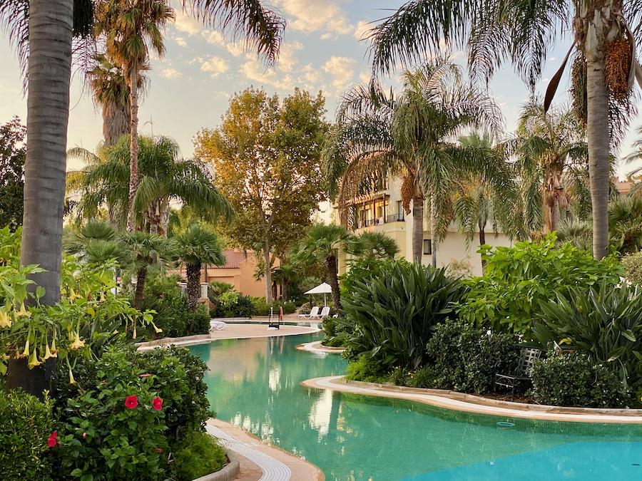 Piscina rodeada de vegetación del Hotel PortAventura en PortAventura World