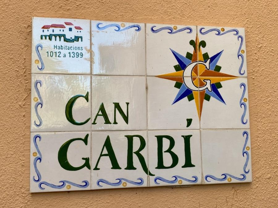 Placa con el nombre Can Garbi, de uno de los edificios de habitaciones del Hotel PortAventura de PortAventura World
