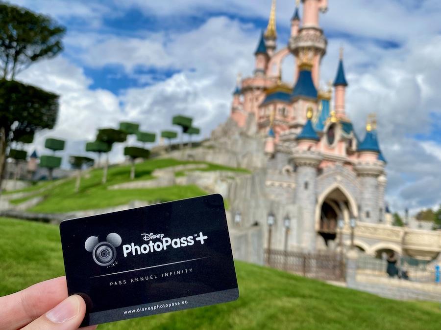 Tarjeta PhotoPass+ de Pase Anual Infinity delante del Castillo de Disneyland Paris