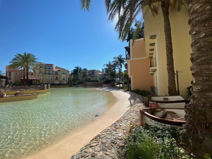 Vista de una playa con barcas del Hotel PortAventura de PortAventura World