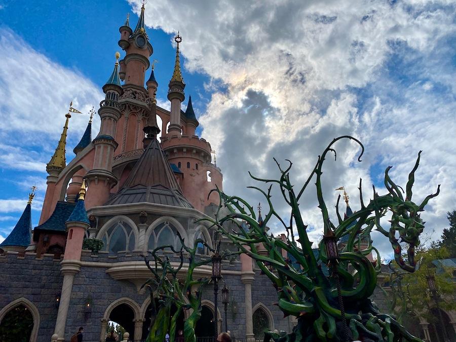 Zarzas de espino en el patio del castillo del Halloween de Disneyland Paris 2020
