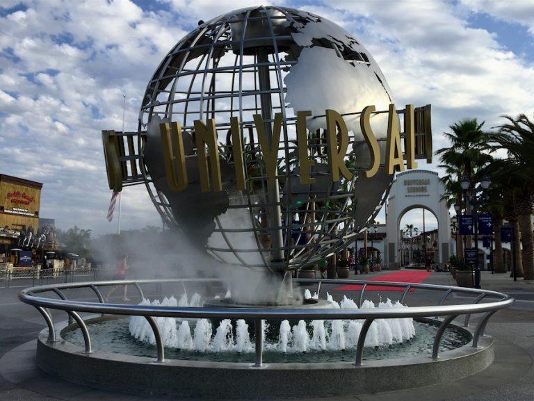 Bola del mundo en la entrada de Universal Studios Hollywood
