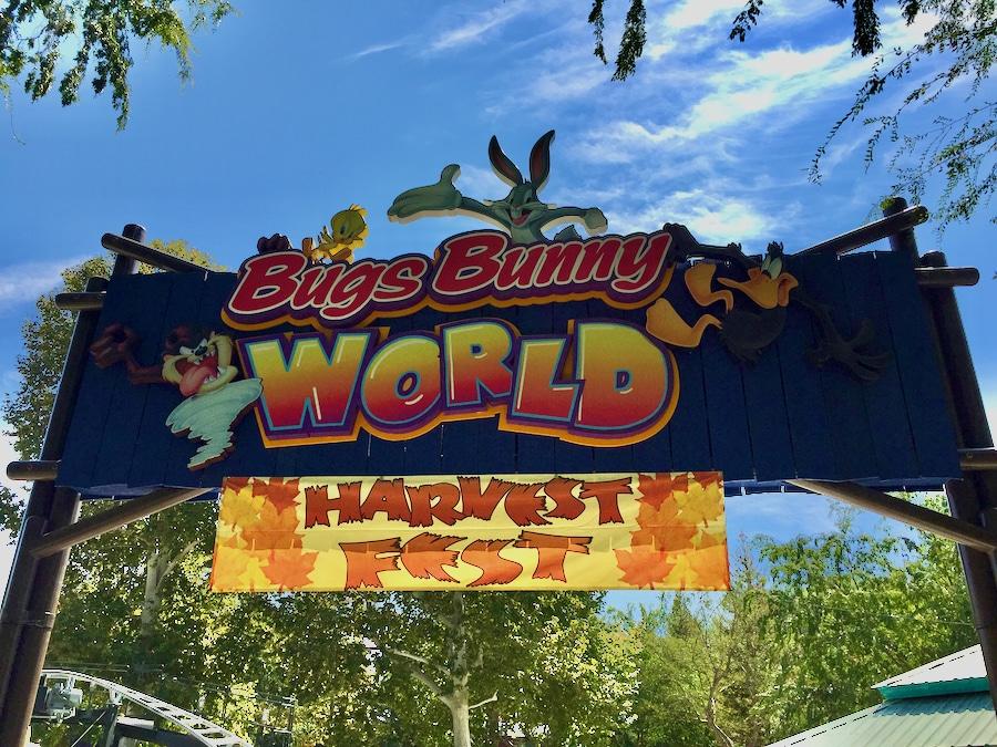 Cartel de Bugs Bunny World la zona infantil de Six Flags Magic Mountain