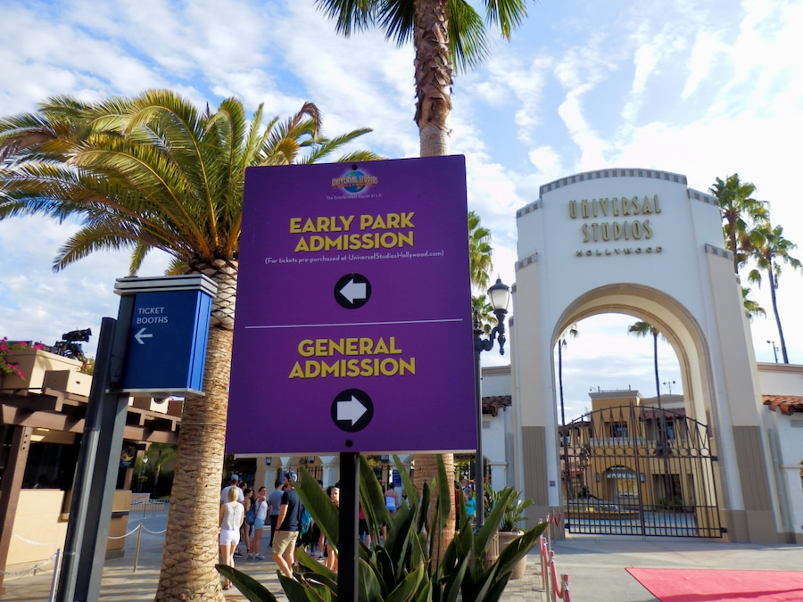 Cartel de Early Park Admission en la entrada de Universal Studios Hollywood en California