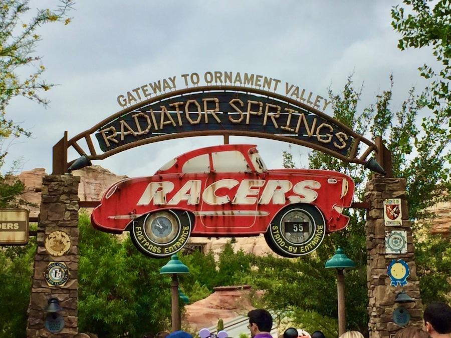 Cartel de entrada a la atracción Radiator Springs Racers de Disney California Adventure