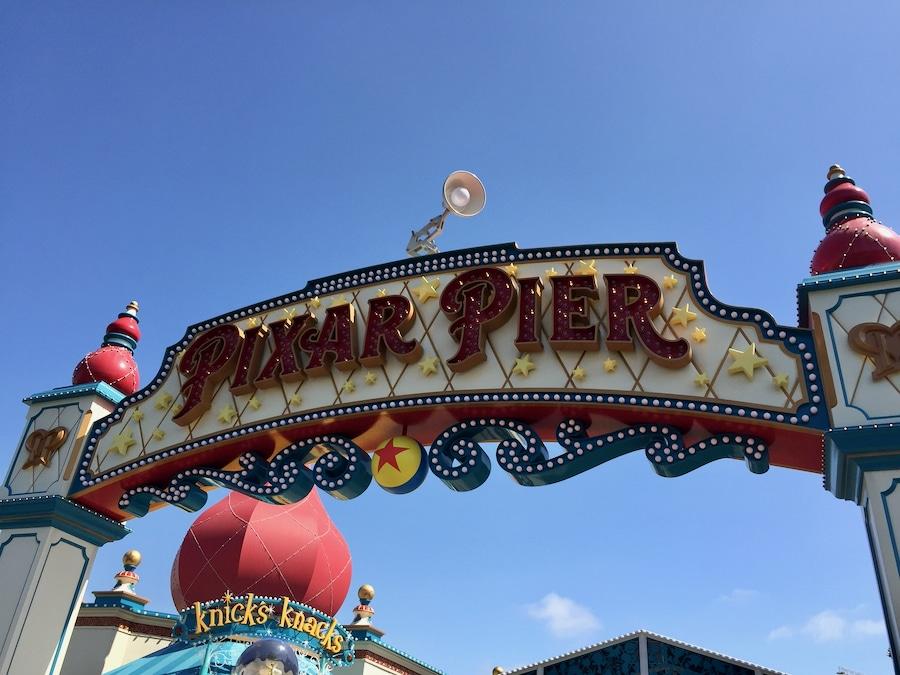 Cartel de la zona Pixar Pier en Disney California Adventure