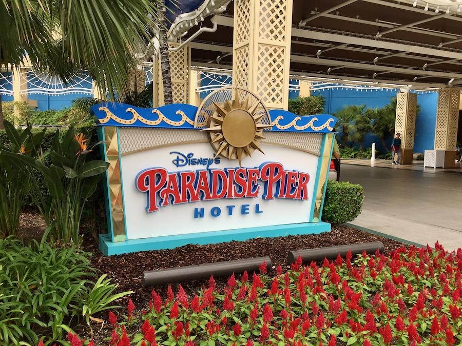 Cartel del hotel Paradise Pier de Disneyland Resort en California