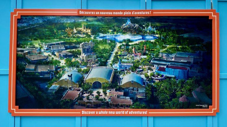 Cartel en valla de Walt Disney Studios con el diseño de las novedades futuras del parque en Disneyland Paris