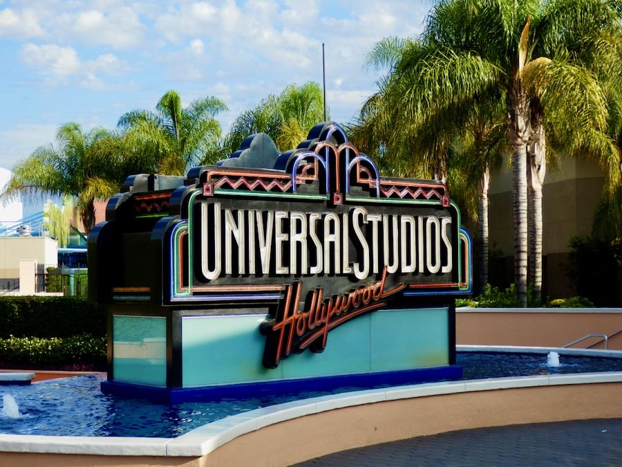 Cartel retro de Universal Studios Hollywood en la entrada del parque