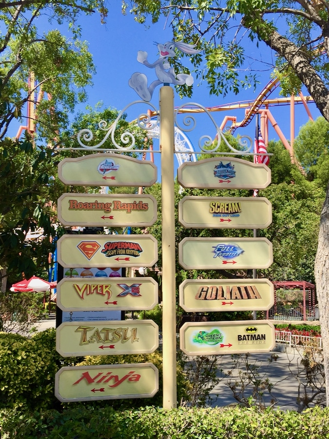 Carteles indicadores de atracciones en la entrada de Six Flags Magic Mountain