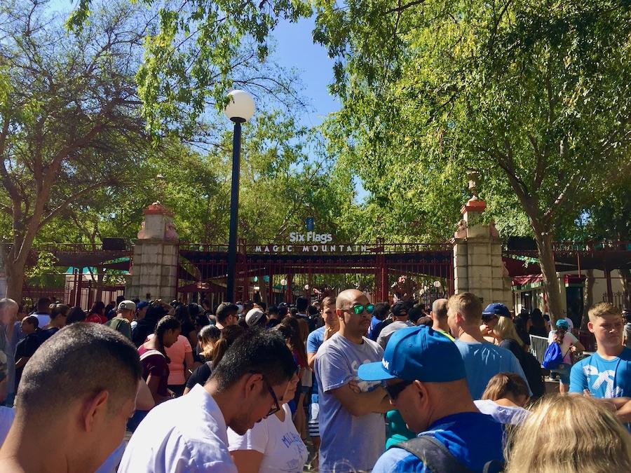 Colas para entrar al parque Six Flags Magic Mountain en California