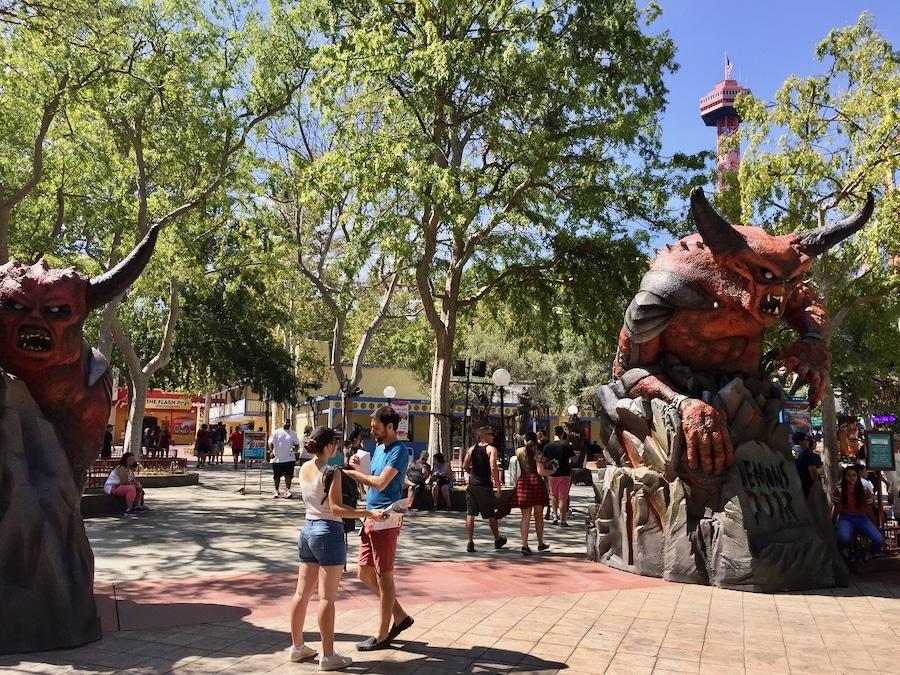 Decoración de Halloween en el Fright Fest del parque Six Flags Magic Mountain en California