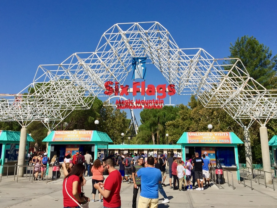Entrada a Six Flags Magic Mountain en Los Ángeles California