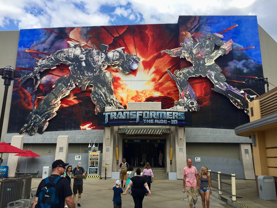 Entrada a la atracción Transformers The Ride 3D en el Lower Lot de Universal Studios Hollywood