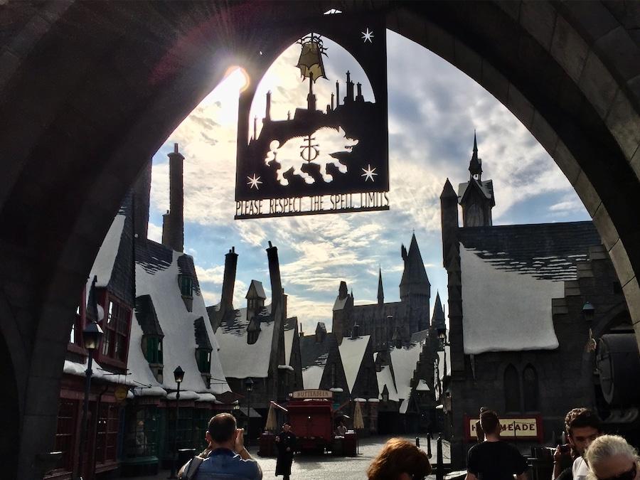 Entrada al pueblo de Hogsmeade del Mundo Mágico de Harry Potter en Universal Studios Hollywood