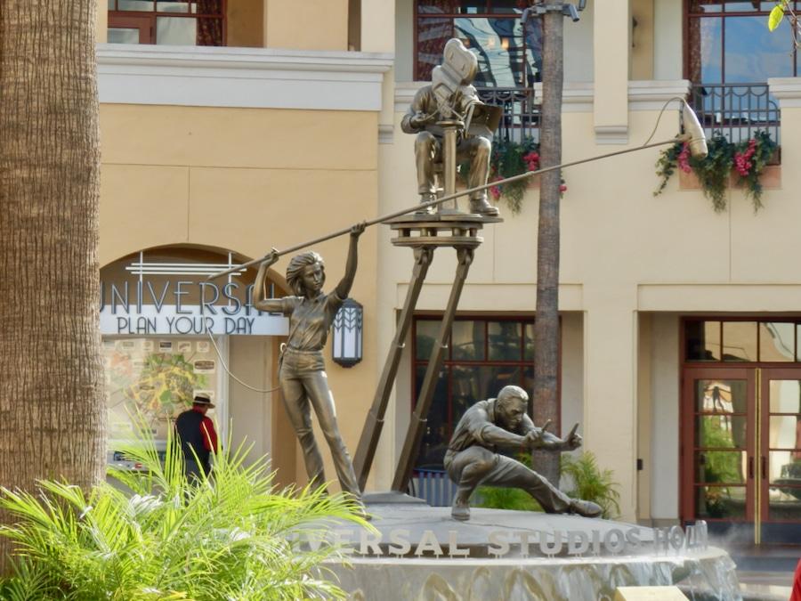 Escultura de cineastas desde la entrada de Universal Studios Hollywood en Los Ángeles