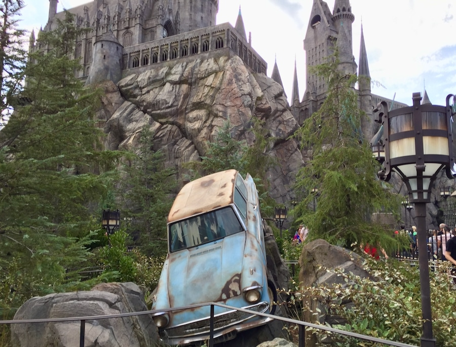 Ford Anglia delante de Hogwarts en Universal Studios Hollywood zona de Harry Potter