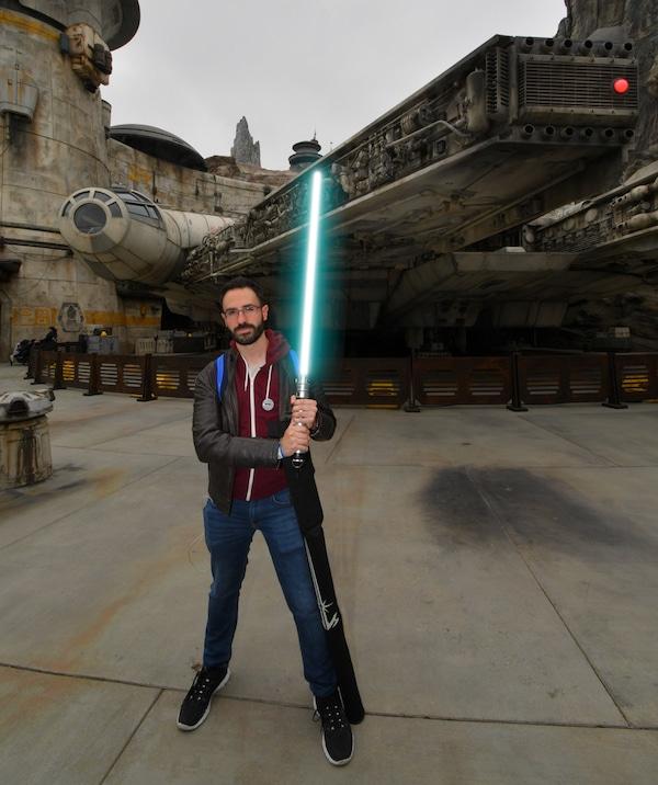 Foto de PhotoPass delante del Halcón Milenario de Star Wars Galaxys Edge en Disneyland California