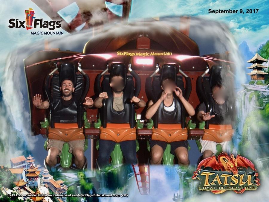 Foto de recuerdo en la montaña rusa Tatsu de Six Flags Magic Mountain
