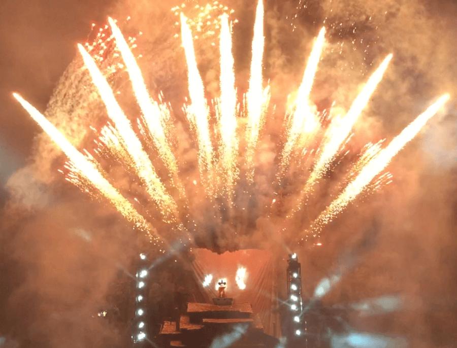 Fuegos artificiales del espectáculo Fantasmic de Disneyland en Anaheim