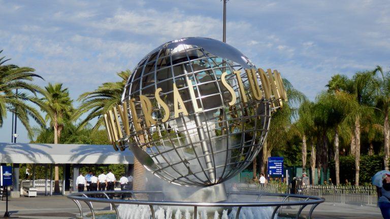 Globo terráqueo en la entrada de Universal Studios Hollywood en California