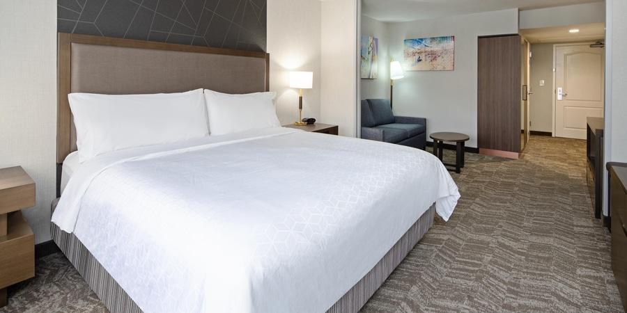 Habitación del hotel Holiday Inn Express Hotel & Suites Santa Clarita cerca del parque Six Flags Magic Mountain