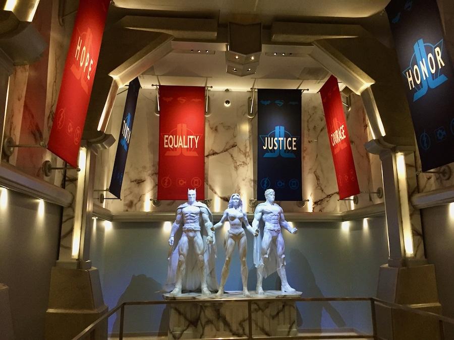 Interior de la atracción Justice League Battle For Metropolis de la Liga de la Justicia en Six Flags Magic Mountain